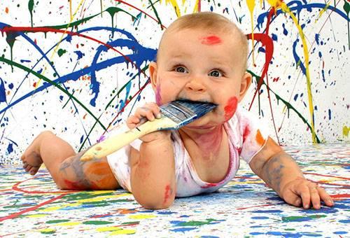 Ребенок измазался в краске