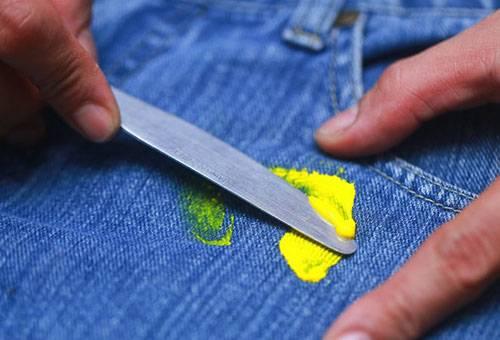 Удаление пятна от краски с джинсов