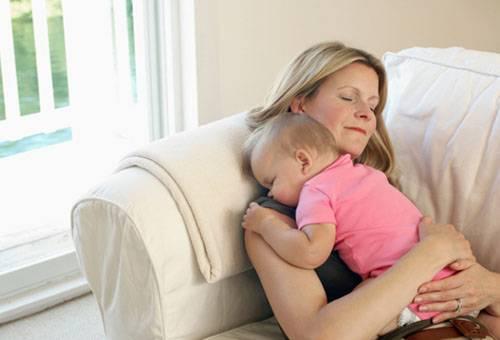 Женщина с ребенком на диване