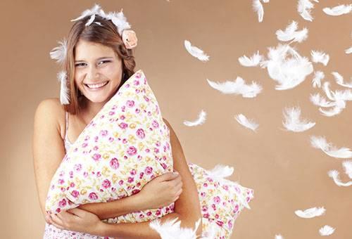 Девушка с пуховой подушкой