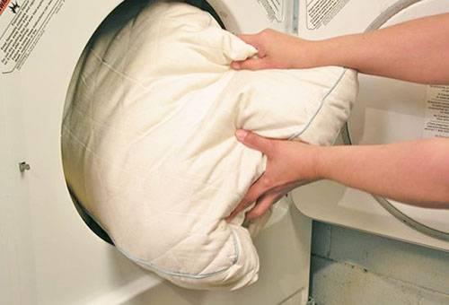 Машинная стирка подушки