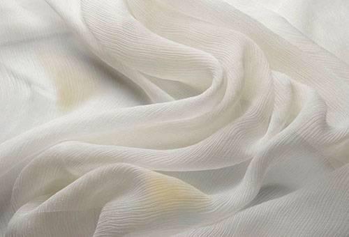 Старые пятна на белом шелке