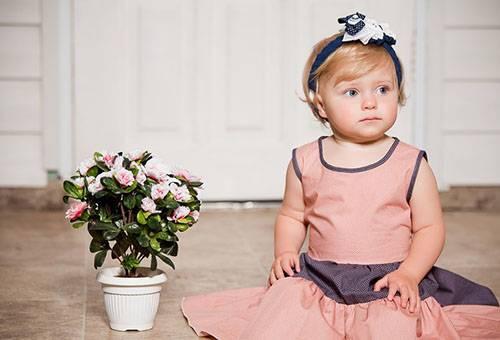 Девочка с цветущим растением