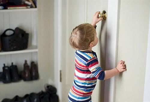 Ребенок пытается открыть дверь