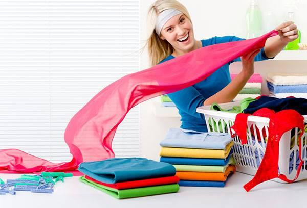 Девушка раскладывает чистую одежду