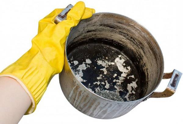 How to clean the pan from carbon deposits using folk remedies?
