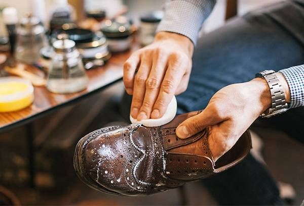 How to clean leather shoes with improvised means?