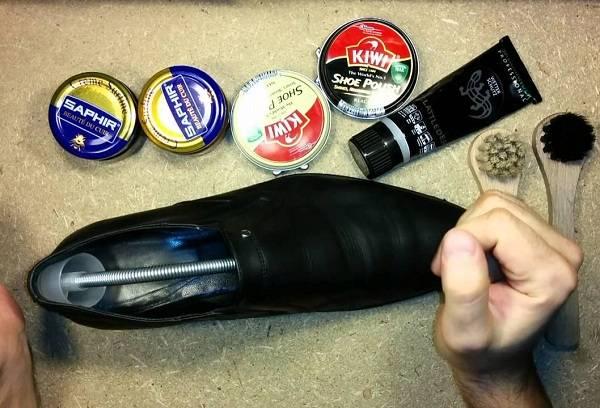 чистим туфли с помощью крема