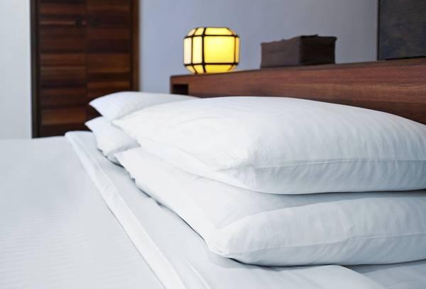 белые подушки на кровати