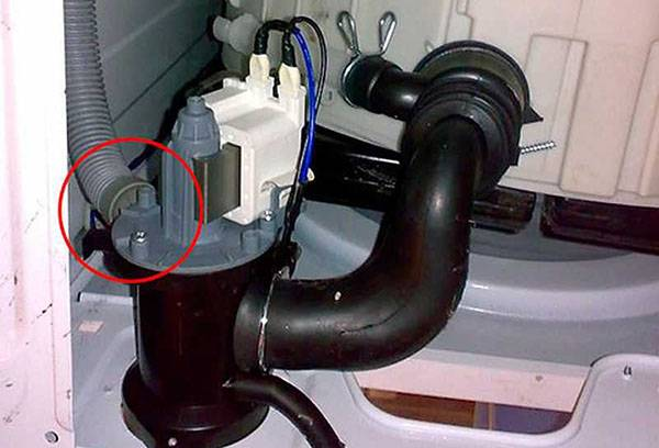 Крепление шланга к насосу в стиральной машине