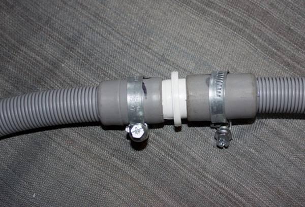 Соединение двух частей удлиненного сливного шланга