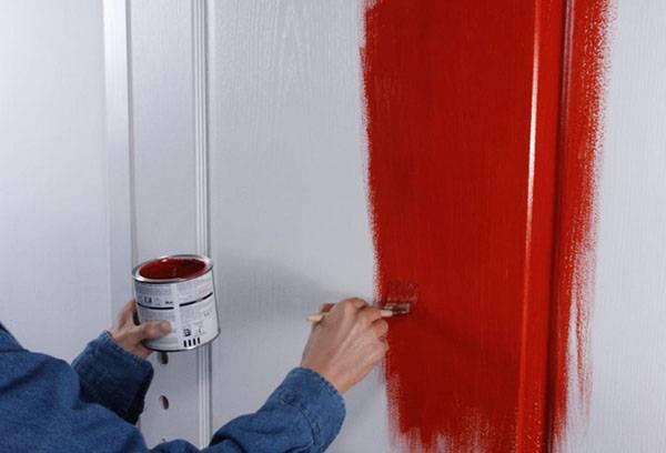 Окраска двери в два слоя