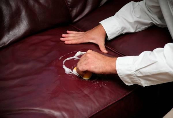 чистка кожаного дивана мыльным раствором