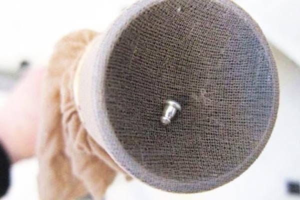 Капроновый чулок на трубе от пылесоса для сбора мелких предметов