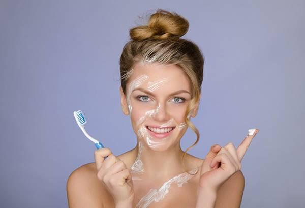 Нанесение на лицо зубной пасты
