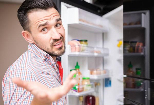 Мужчина недоволен холодильником