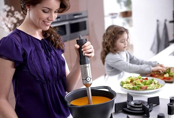 Приготовление супа-пюре погружным блендером
