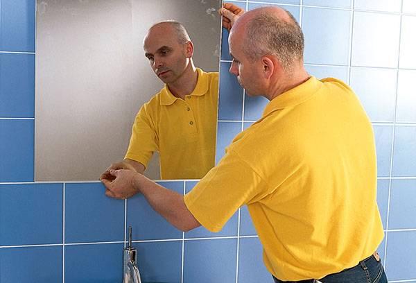 Приклеивание зеркала в ванной