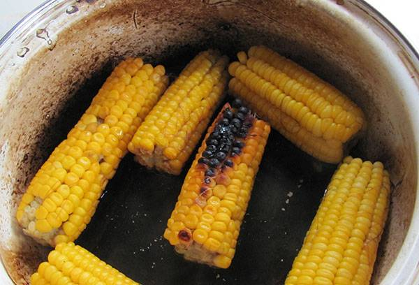 Пригоревшая кукуруза в эмалированной кастрюле
