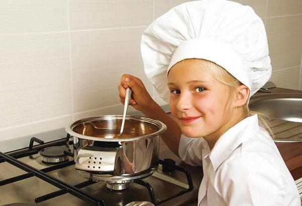 Девочка готовит суп