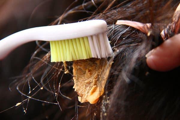 Кусок слайма в волосах
