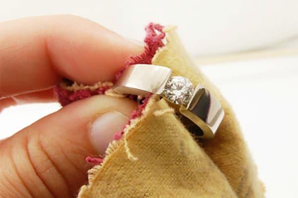 Чистка кольца мягкой тканью