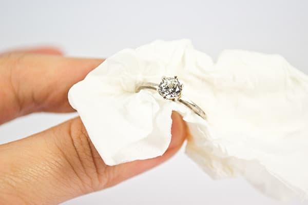Чистка перстня из белого золота с бриллиантом