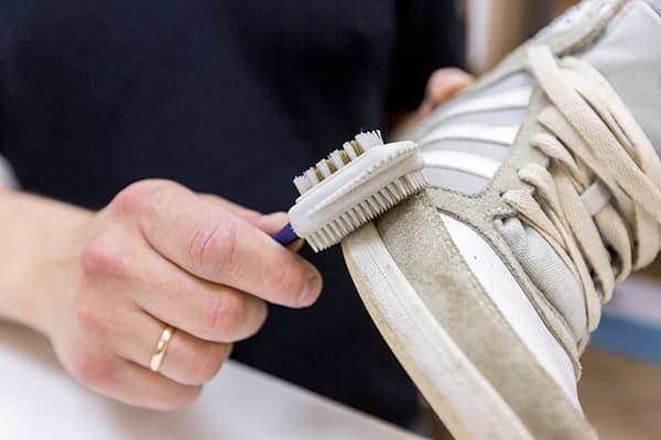 Чистка замшевых кроссовок специальной щеткой