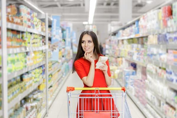 Девушка со списком покупок