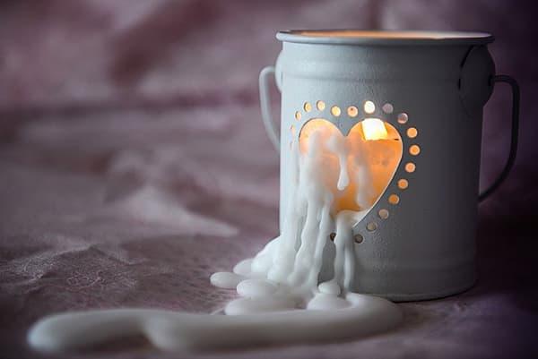 Воск от свечи стекает на ткань