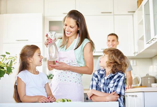 Семья пьет чистую воду