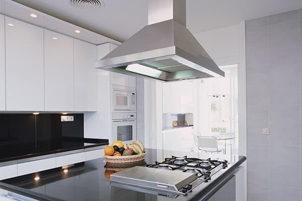 Большая потолочная вытяжка над кухонным островом