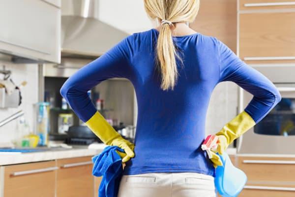 Хозяйка за уборкой на кухне