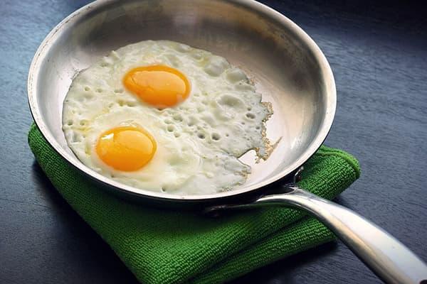 Яичница в алюминиевой сковороде