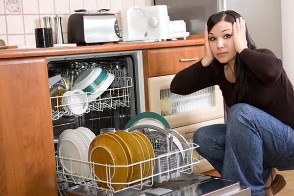 Женщина у посудомоечной машины