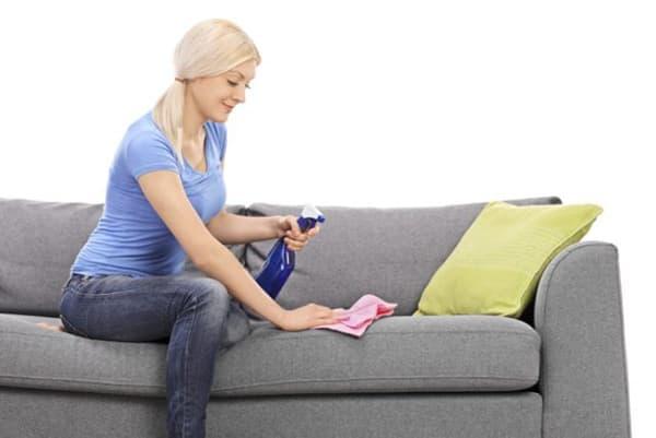 Девушка чистит диван