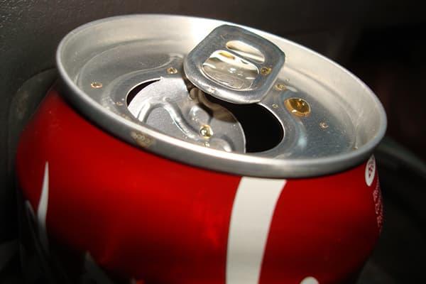 Открытая банка кока-колы
