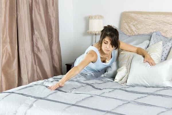 Девушка заправляет постель