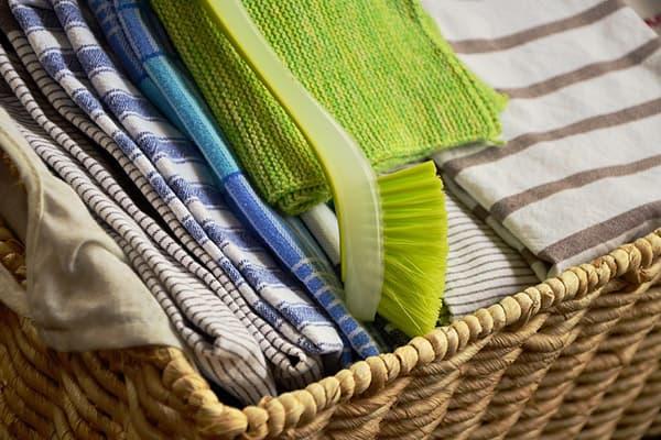 Корзина с кухонными полотенцами