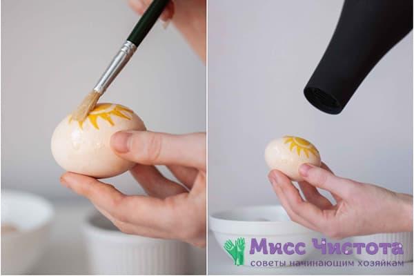 Приклеивание узора из салфетки к яйцу