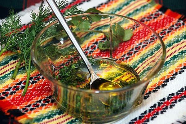 Заправка для салата из масла и рассола