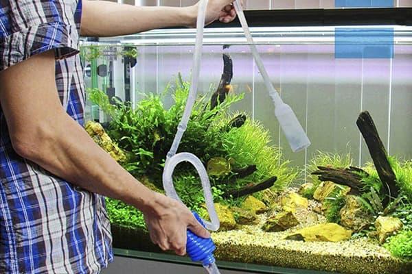 Механическая чистка аквариума