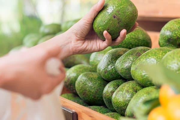 Выбор авокадо в супермаркете