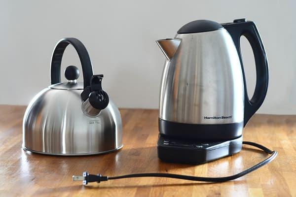 Обычный и электрический чайники