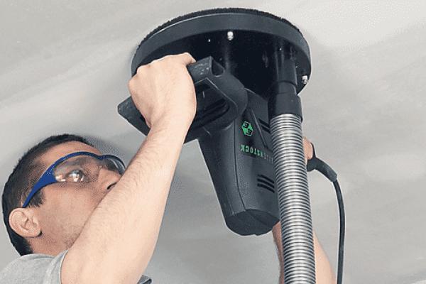 Применение шлифовальной машинки для очистки потолка