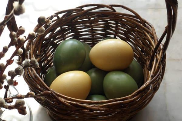 Яйца, окрашенные шпинатом