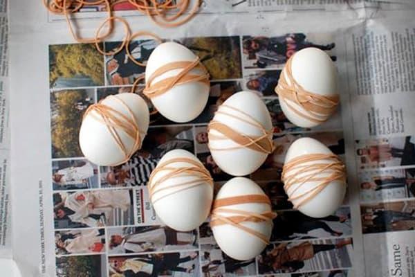 Канцелярские резинки на вареных яйцах