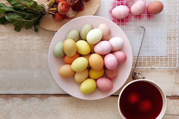 Яйца, окрашенные растительными красителями