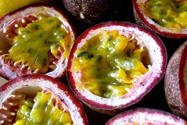 Разрезанные плоды маракуйи