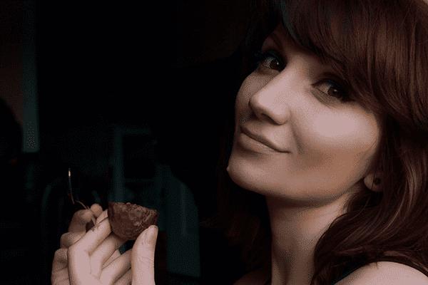 Девушка ест маракуйю